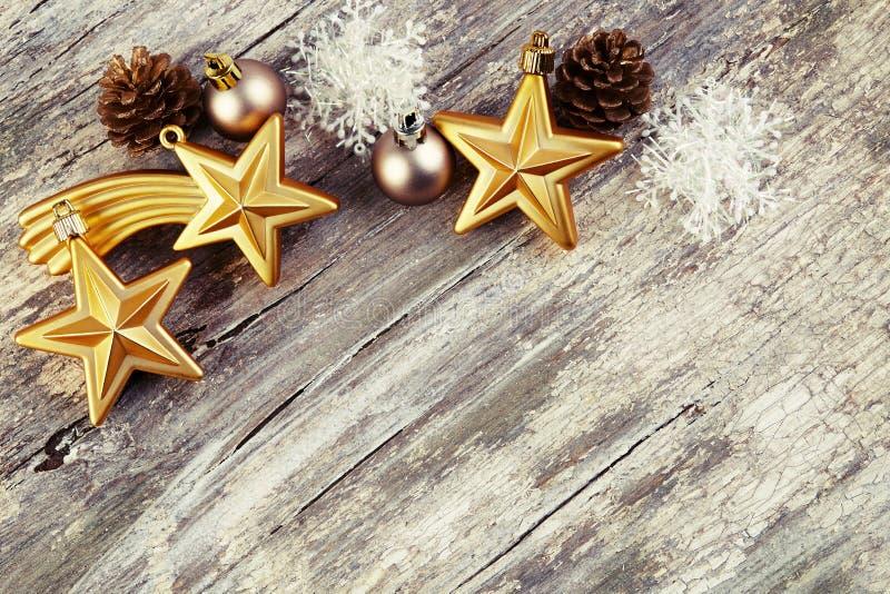 Weihnachtsdekoration über hölzernem Hintergrund.  Weinleseart. lizenzfreies stockbild
