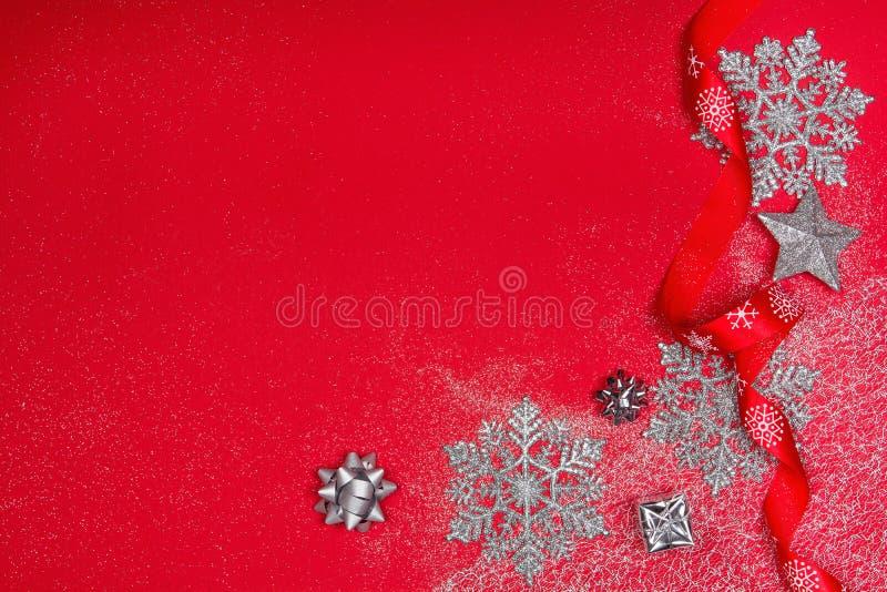 Weihnachtsdekoration über rotem Hintergrund lizenzfreie stockfotos