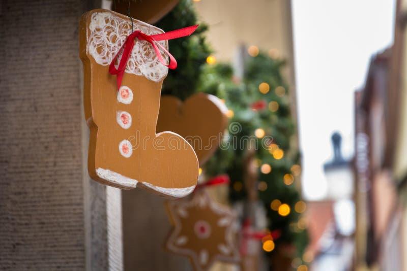 Weihnachtsdekoration außerhalb eines Shops in der Straße lizenzfreies stockfoto
