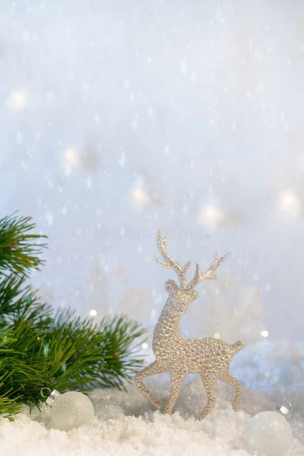 Weihnachtsdekoration auf abstrakten funkelnden Lichtern Hintergrund, Weichzeichnung Silberne Rotwild auf dem Schnee gegen einen H stockfotografie