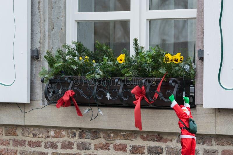 Weihnachtsdekoration auf einem Fensterbrett stockfoto