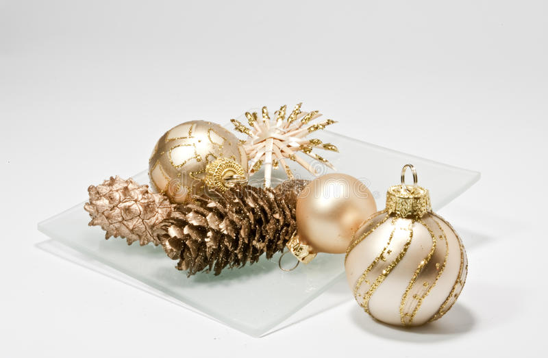 Weihnachtsdekoration auf einer Glasplatte stockfotografie