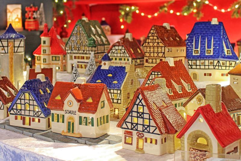 Weihnachtsdekoration auf Einführungsmarkt stockbild