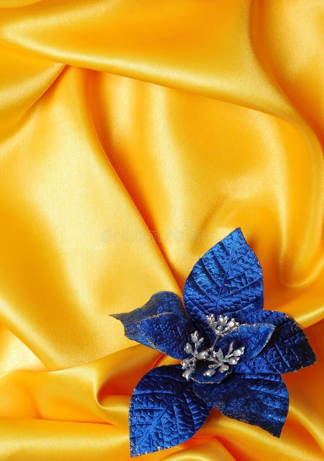 Weihnachtsdekoration auf goldenem Baumwollsatin lizenzfreie stockfotos