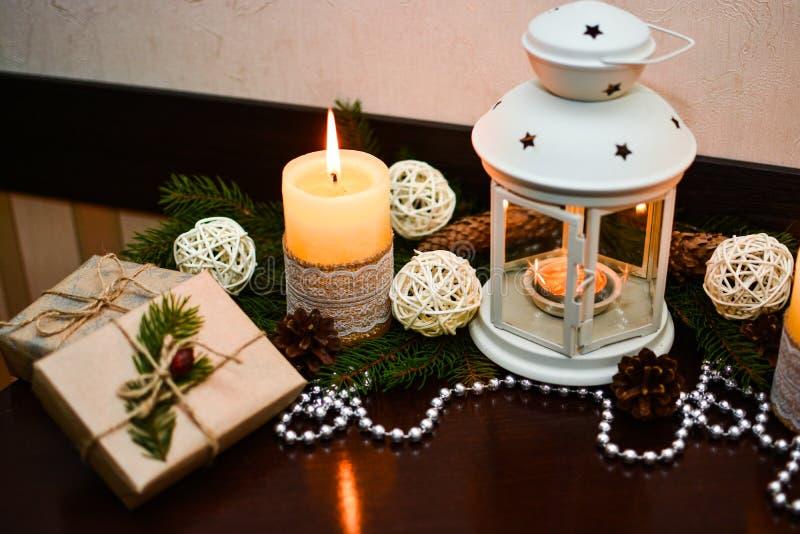 Weihnachtsdekoration auf Holztisch im Café lizenzfreies stockbild