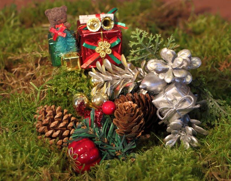 Weihnachtsdekoration auf Moos stockfoto