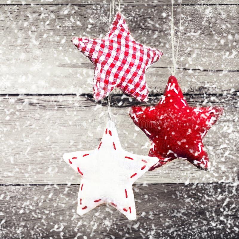 Weihnachtsdekoration, die über rustikalem hölzernem Hintergrund hängt. Vint lizenzfreie stockfotos
