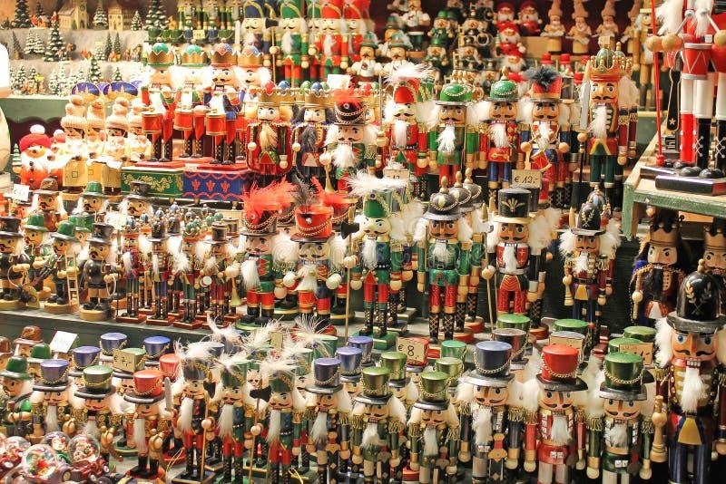 Weihnachtsdekoration für Verkauf auf Einführungsmarkt stockbilder