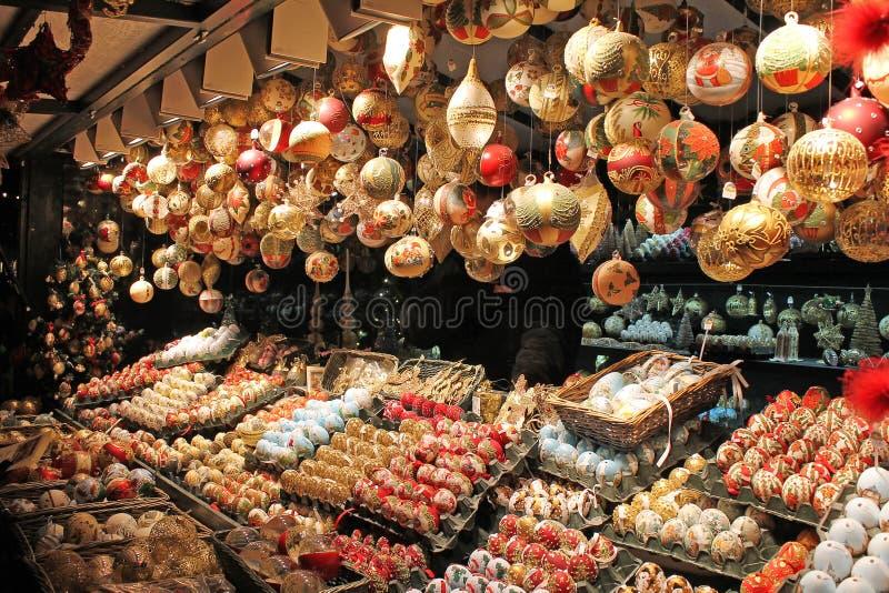 Weihnachtsdekoration für Verkauf auf Einführungsmarkt stockbild