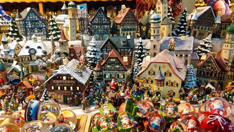 Weihnachtsdekoration für Verkauf auf Einführungsmarkt Dekorative Miniaturstadthäuser stockfotografie