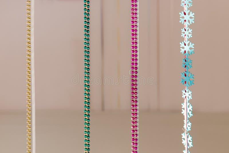 Weihnachtsdekoration farbiges Perlenhängen lizenzfreie stockfotos