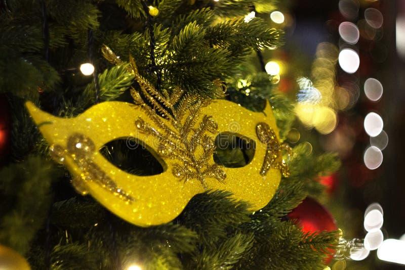 Weihnachtsdekoration in Form einer Maske auf dem Weihnachtsbaum stockfoto