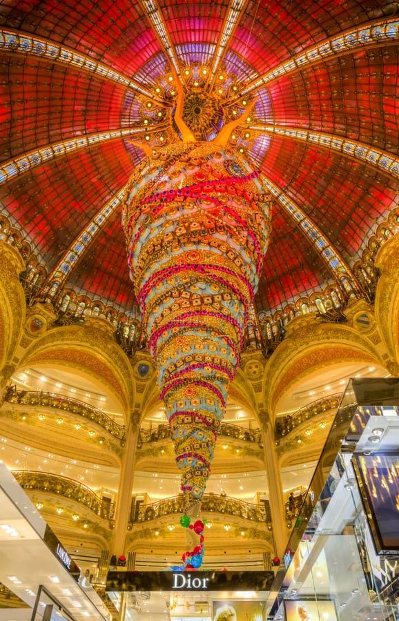 Weihnachtsdekoration in Galeries Lafayette, Paris stockfotos
