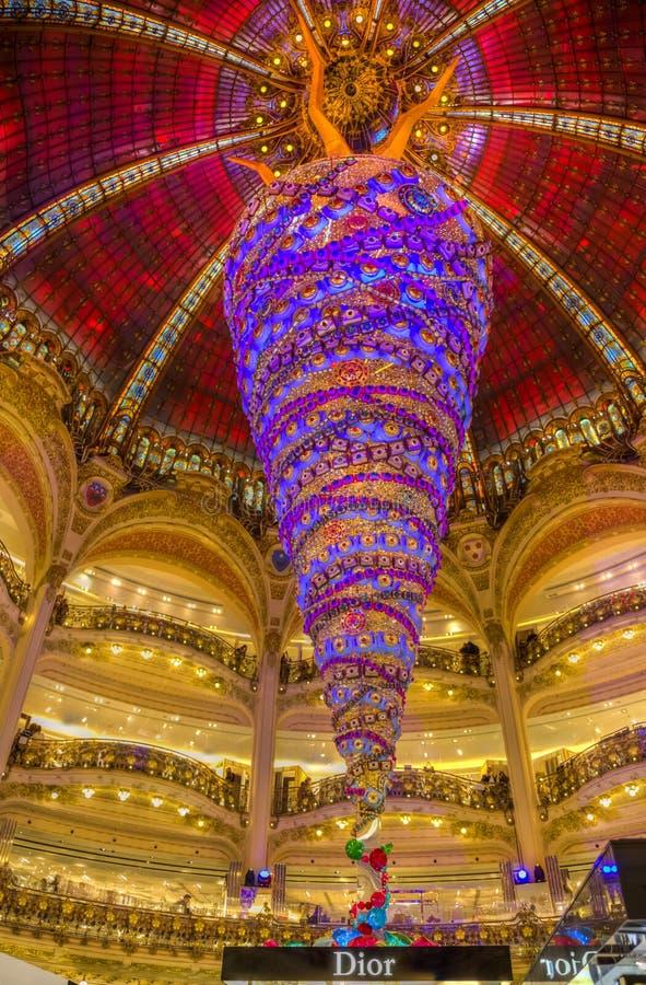 Weihnachtsdekoration in Galeries Lafayette, Paris stockfotografie