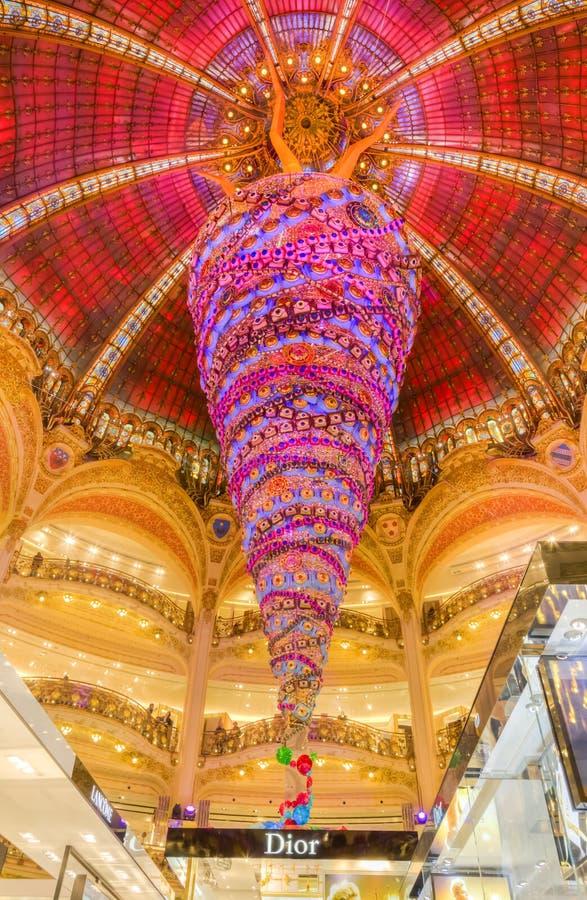 Weihnachtsdekoration in Galeries Lafayette, Paris lizenzfreies stockfoto