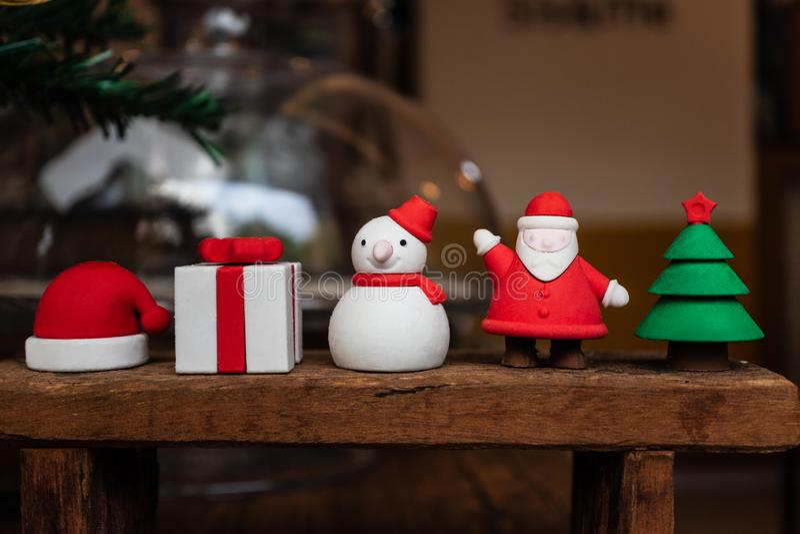 Weihnachtsdekoration gemacht vom Brot, von Sankt, von der Geschenkbox, vom Schneemann-, Sankt-Hut und vom Baum stockbild