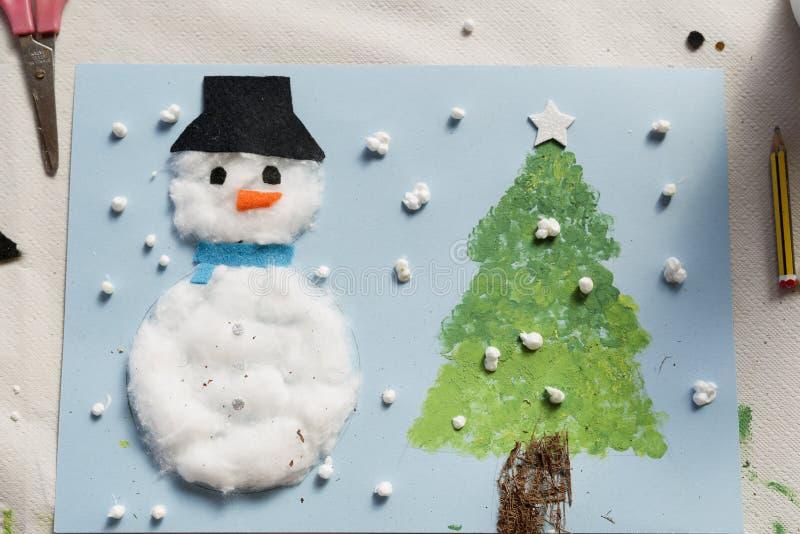 Weihnachtsdekoration gemacht von einem Mädchen mit 10-Jährigen lizenzfreie stockfotografie
