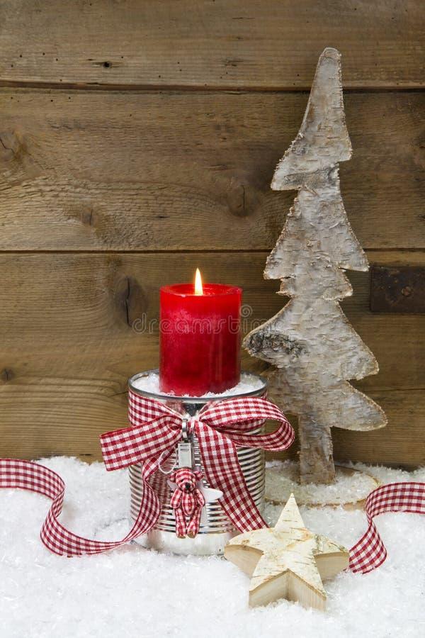 Weihnachtsdekoration: hölzerner Baum, Sterne, Kerze und Schnee auf hölzernem stockfotografie