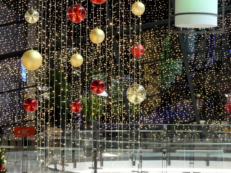Weihnachtsdekoration im deutschen Einkaufszentrum stockbild