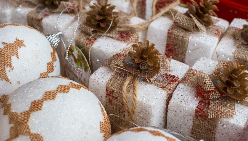 Weihnachtsdekoration am Markt stockbild
