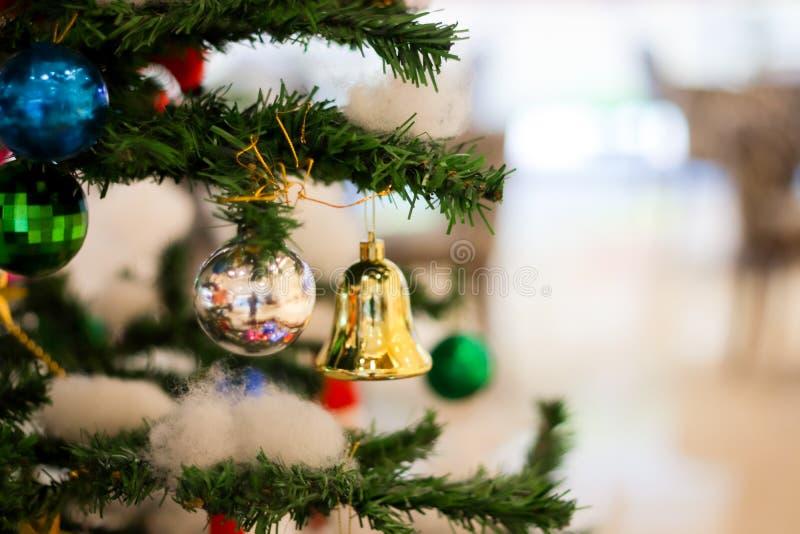 Weihnachtsdekoration mit Geschenkglockenballkasten-Stiefelsternen mit Weihnachtsbaum und Baumwolle mit unscharfem Hintergrund stockfotografie
