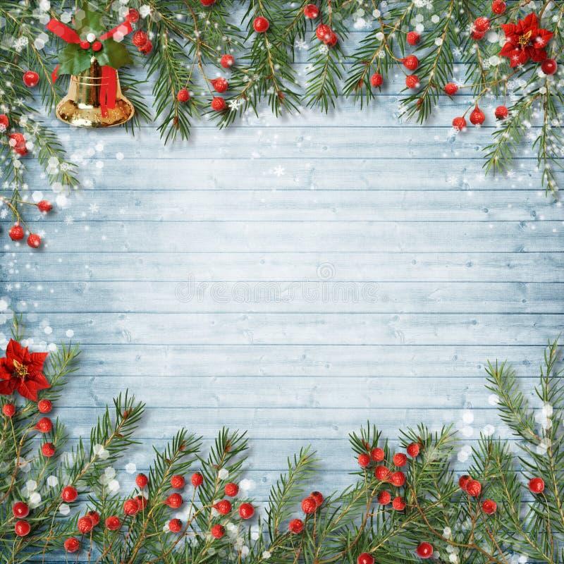 Weihnachtsdekoration mit Glocke und Stechpalme auf einem hölzernen Hintergrund stockfoto