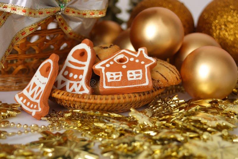 Weihnachtsdekoration mit Goldkugeln und keramic Lebkuchen stockfotos
