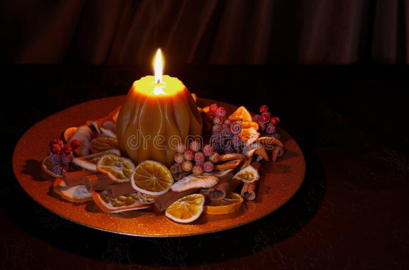 Weihnachtsdekoration mit Kerze lizenzfreie stockbilder