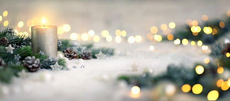 Weihnachtsdekoration mit Kerze und Lichtern lizenzfreie stockfotografie
