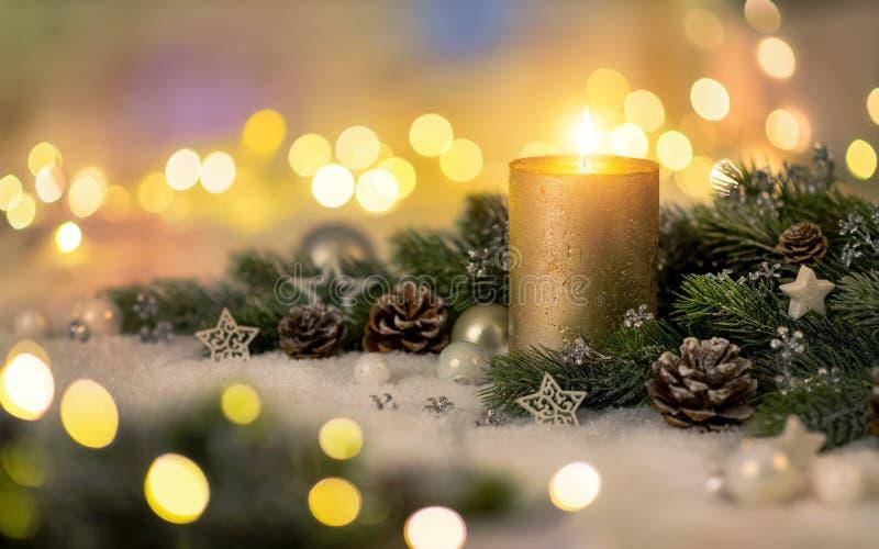 Weihnachtsdekoration mit Kerze und Lichtern stockbilder