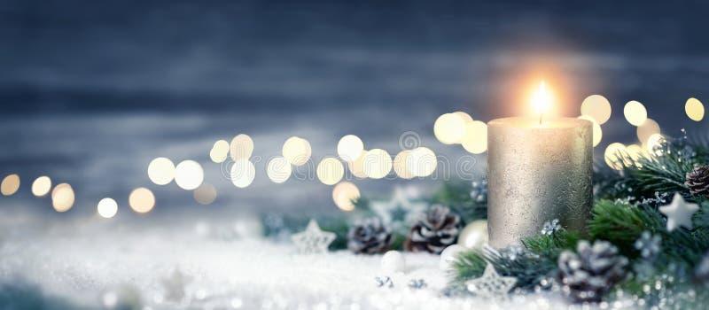 Weihnachtsdekoration mit Kerze und Lichtern lizenzfreies stockfoto