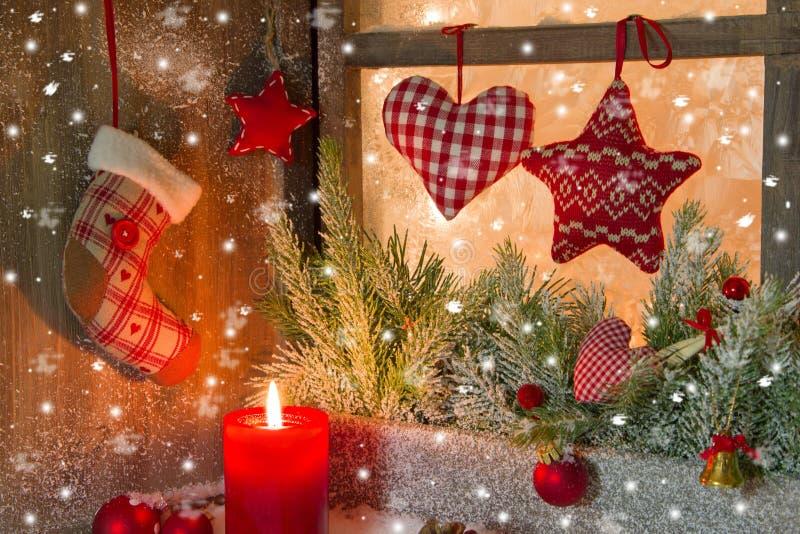 Weihnachtsdekoration mit roter Kerze und Herzen stockfotos