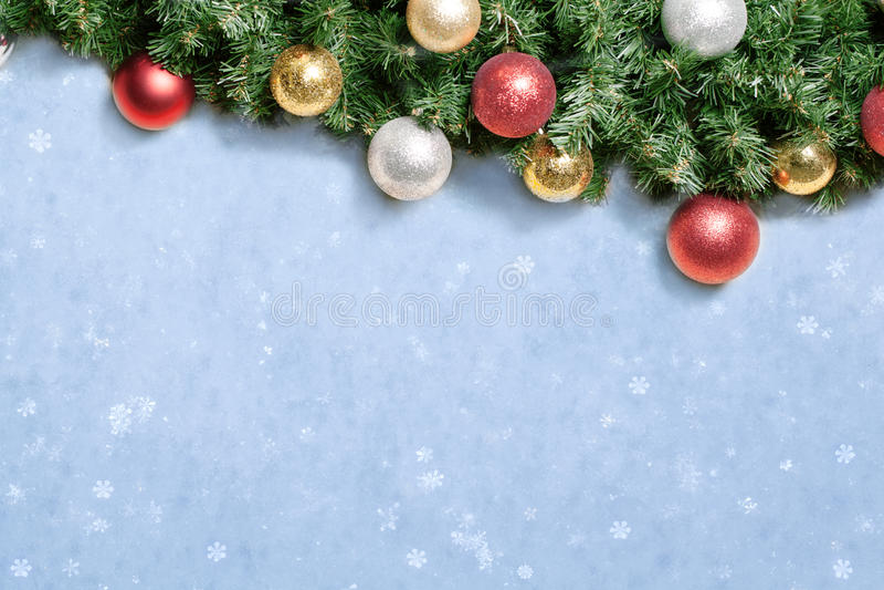 Weihnachtsdekoration mit Tanne und Flitter über Schnee. stockbilder
