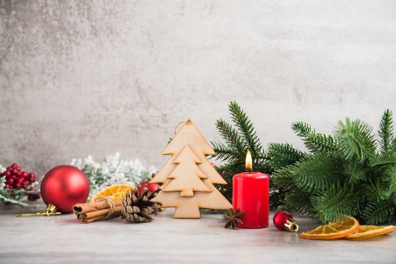 Weihnachtsdekoration mit Tannenbaum, Orange, Kerze stockfotografie