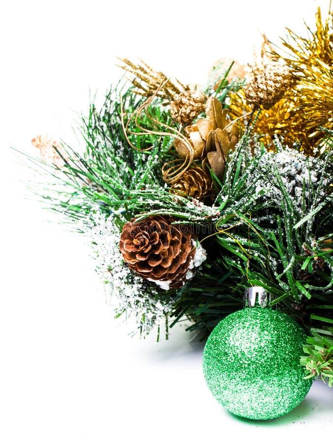 weihnachtsdekoration mit tannenzweig weihnachten und kegel auf whi stockfoto bild 32072812. Black Bedroom Furniture Sets. Home Design Ideas