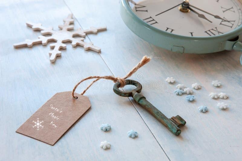 Weihnachtsdekoration - Sankt-` s Magieschlüssel Nahaufnahme auf hellblauem lizenzfreie stockfotografie