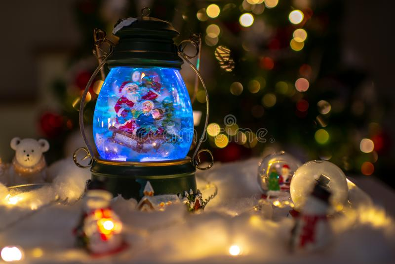 Weihnachtsdekoration, Schneehaube, Kugel mit Tischschmuck lizenzfreies stockbild
