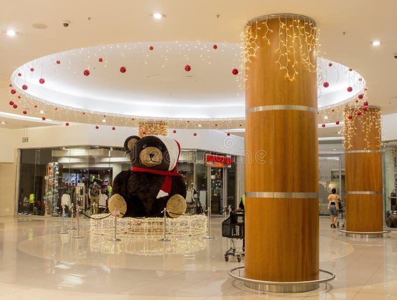 Weihnachtsdekoration Teddy Bear im Einkaufszentrum Viele Feiertagsverzierungen und -geschenke stockfotografie