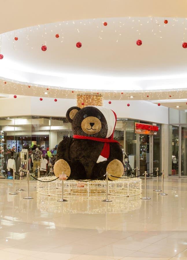 Weihnachtsdekoration Teddy Bear im Einkaufszentrum Viele Feiertagsverzierungen und -geschenke lizenzfreie stockfotos