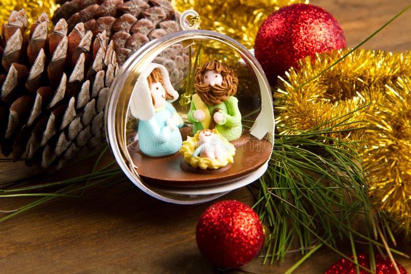 Weihnachtsdekoration und -krippe auf Holztisch lizenzfreies stockfoto