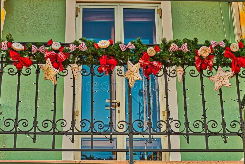 Weihnachtsdekorationen auf einem Balkon lizenzfreie stockfotografie