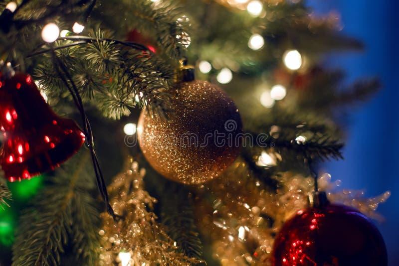 Weihnachtsdekorationen auf einem großen grünen Baum stockfotos