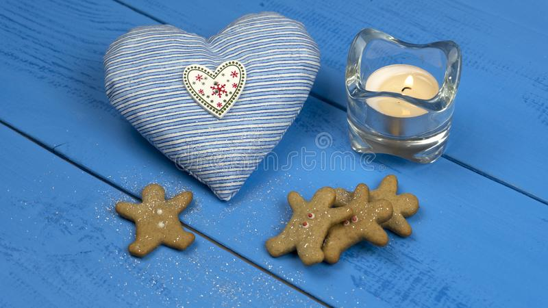 Weihnachtsdekorationen auf einer blauen Tabelle: Plätzchen, Lebkuchen, Herzspielzeug lizenzfreies stockbild