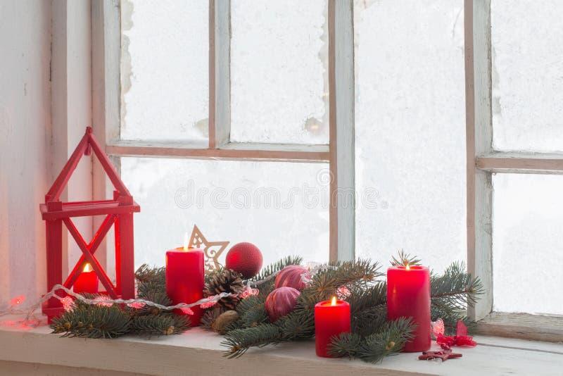 Weihnachtsdekorationen auf hölzernem Fenster lizenzfreie stockfotografie