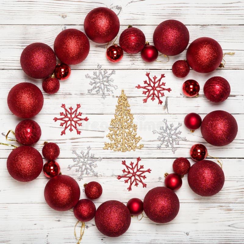 Weihnachtsdekorationen auf weißem hölzernem Hintergrund Feiertag und kreatives Konzept der Feier Roter Ball oder Flitter mit gold lizenzfreie stockbilder
