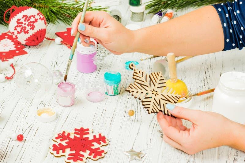 Weihnachtsdekorationen, -bälle, -spielwaren und -Geschenkboxen auf einem alten Holz lizenzfreie stockfotografie