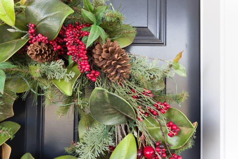 Weihnachtsdekorationen bei Front Door des Hauses lizenzfreies stockfoto