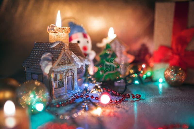 Weihnachtsdekorationen, brennende Kerzen, Girlanden, Lichter, Bälle stockfotos
