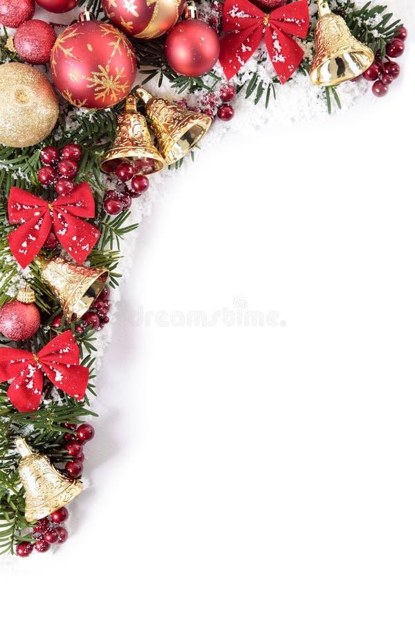Weihnachtsdekorationen bringen Grenzrahmen mit dem weißen Kopienraum in Verlegenheit, vertikal lizenzfreie stockfotografie
