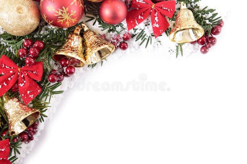 Weihnachtsdekorationen bringen Grenzrahmen mit weißem Kopienraum in Verlegenheit lizenzfreie stockbilder
